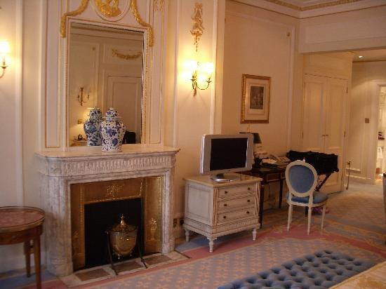 เดอะริทซ์ ลอนดอน: Fireplace leading to sitting area
