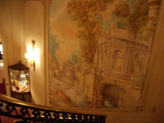 เดอะริทซ์ ลอนดอน: Stairwell with tapestry