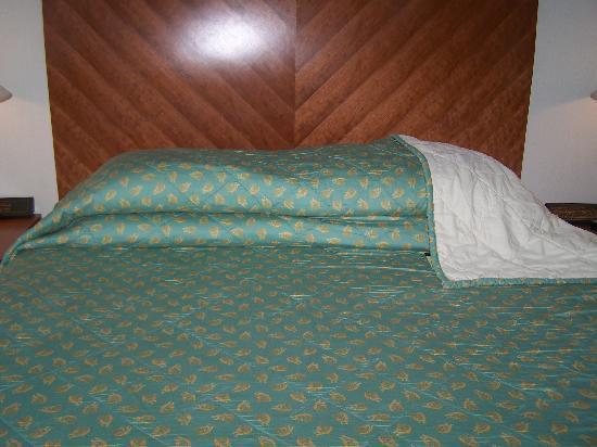 โรงแรมเรอเนซองส์ กัวลาลัมเปอร์: Room 1803 - the deco is very mundane