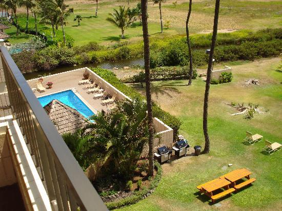 Koa Lagoon: Pool and BBQ lookingdown to the left from 502