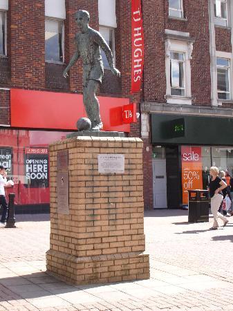 Stoke-on-Trent, UK: stanley matthews statue - In Hanley Town centre