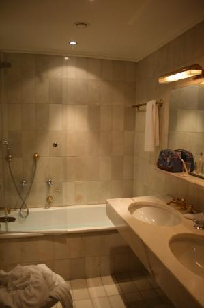 Dom Hotel Koeln: Bathroom