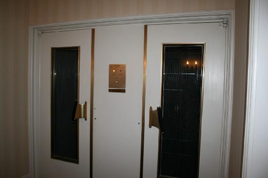 Dom Hotel Koeln: Old elevator