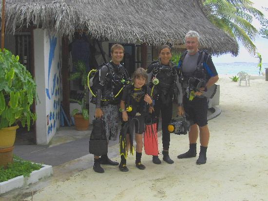 ธัลฮากีรี ไอส์แลนด์ รีสอร์ท แอนด์ สปา มัลดีฟส์: Me and my son diving with Karl and Isa.