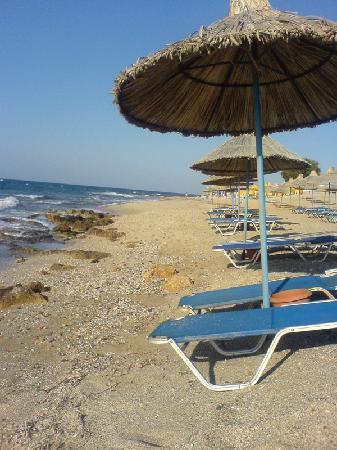 Zorbas Village and Aqua Park: La plage en face de l'hôtel