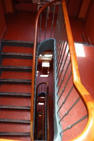 Hotel des Quatre Dauphins: Stairwell