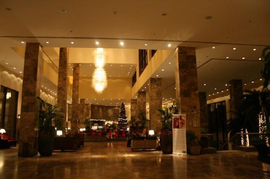 InterContinental Aqaba Resort: Lobby at night
