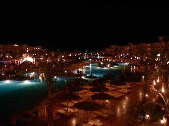Albatros Palace Resort: The pool area at night