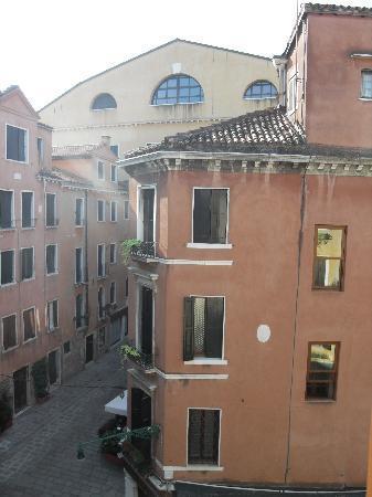 Hotel La Fenice Et Des Artistes: view from our window
