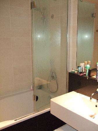 อดาจิโอ ปารีส ตูร์ เอฟแฟล์: Clean, modern bathroom