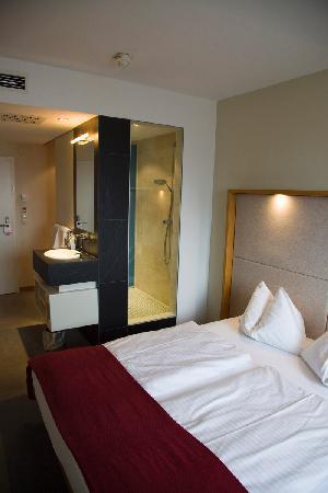 Hotel Daniel Graz: Desde la habitación se ve la ducha