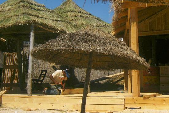 Hotel Dar El Olf: travaux toute la journée sur la plage