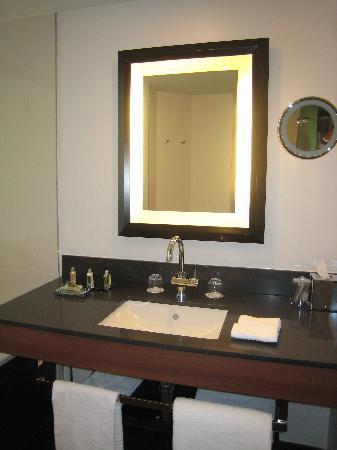 Sofitel Brussels Europe: Modern bathroom