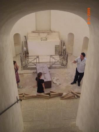 Monte Etna: Antonio showing us the mummification room under the altar of a church