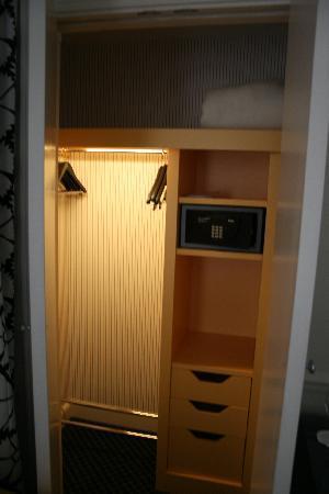 Hotel Keppler: Closet