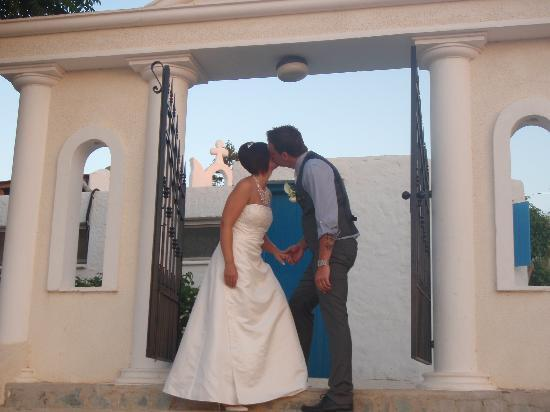 Golden Coast Beach Hotel: a kiss at the harbour gates