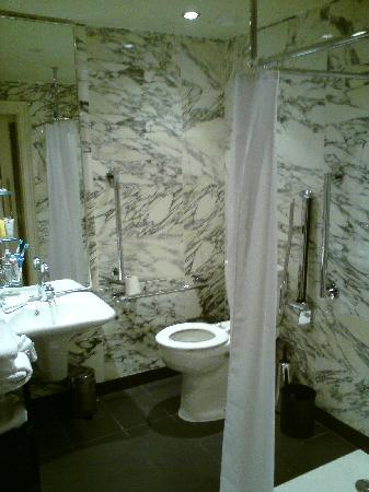 โรงแรมเดอะเคนซิงตัน: The Bathroom