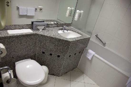 ลีโอนาร์โด โฮเต็ล ไฮเดลเบิร์ก: El cuarto de baño y la horrible ducha