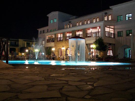 Kefalos Beach Tourist Village: Pool ad Hotel Area at night