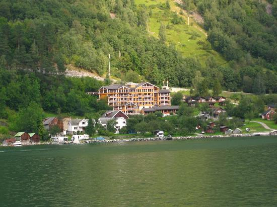 Grande Fjord Hotel: view of the hotel from the boat trip in the fjord