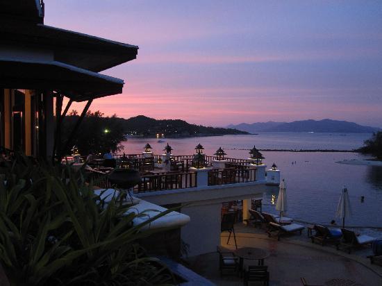 คิว ซิกเนเจอร์ สมุย บีช รีสอร์ท: Main infinity pool and bar and restaurant after sunset