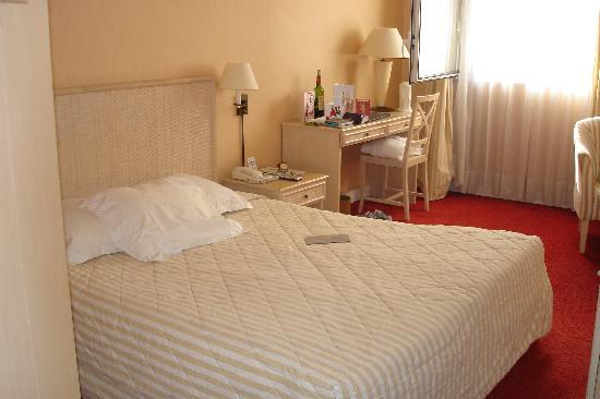 Hotel Auteuil Tour Eiffel: Bedroom at Auteuil Tour Eiffel