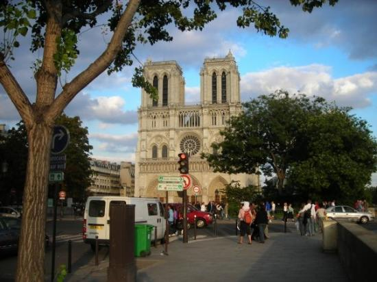 มหาวิหารน็อทร์-ดาม: Notre Dame in Paris, where I met Thom and Dale before going to dinner.