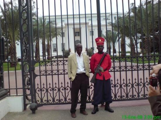 ดาการ์, เซเนกัล: Amadou junto a un guardia de un edificio oficial del gobierno, (no recuerdo exactamente cuál).