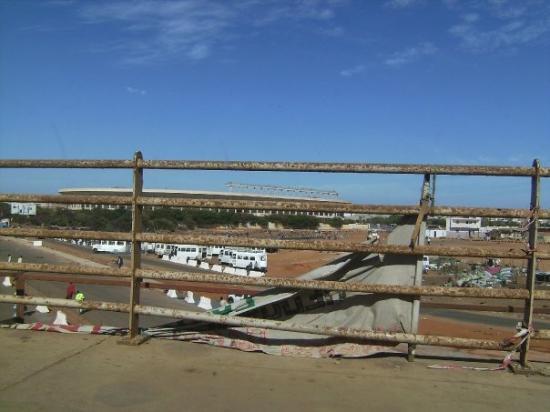 ดาการ์, เซเนกัล: Este es el estadio de futbol de Dakar. La foto está tomada desde el coche.
