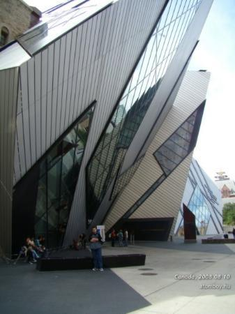 โตรอนโต, แคนาดา: In front of the Royal Ontanio Museum