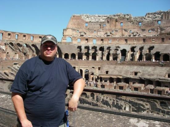 โคลอสเซียม: Me inside the Colosseum - Rome '09