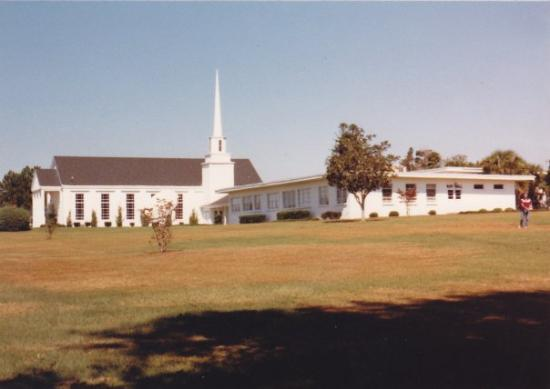 Graceville, ฟลอริด้า: A view of the chapel and the music bulding from the south corner of the campus property
