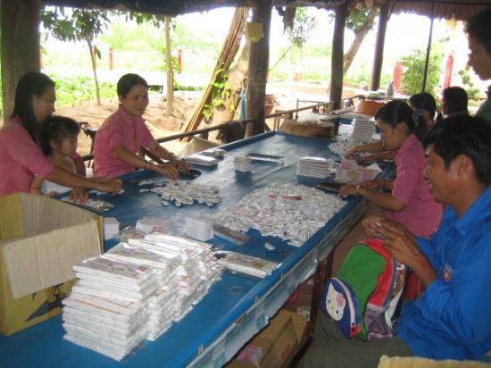 โฮจิมินห์ซิตี, เวียดนาม: Coconut candy-makers