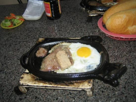 โฮจิมินห์ซิตี, เวียดนาม: Delicious breakfast.  Steak and eggs, nammie style.  That cube on top is pate, for the bread....