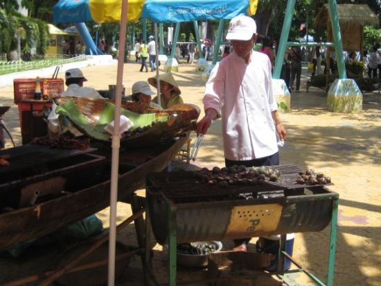 โฮจิมินห์ซิตี, เวียดนาม: Snails on the grill