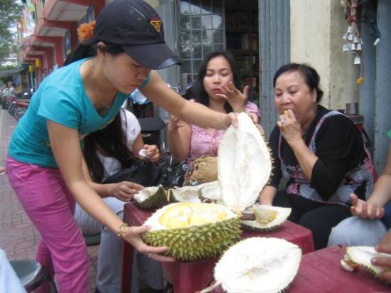โฮจิมินห์ซิตี, เวียดนาม: Fresh durian streetside.  We ate like 10kg of durian!!!