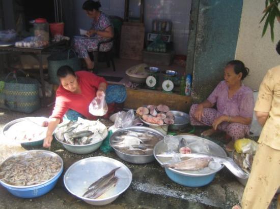"""โฮจิมินห์ซิตี, เวียดนาม: """"Fresh fish! We catch it! You buy it!"""" :D"""