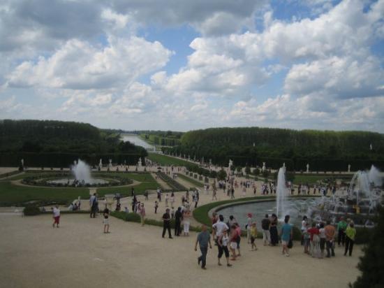แวร์ซาย, ฝรั่งเศส: Vast vast gardens with gorgeous fountains :)