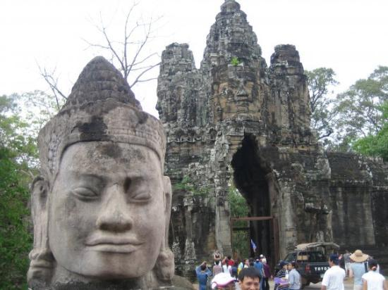 พนมเปญ, กัมพูชา: The southern entrance to Bayon is lined with these statues.