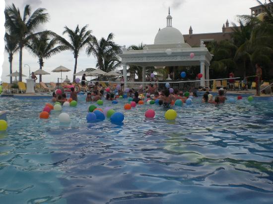 Hotel Riu Palace Las Americas: Lively pool