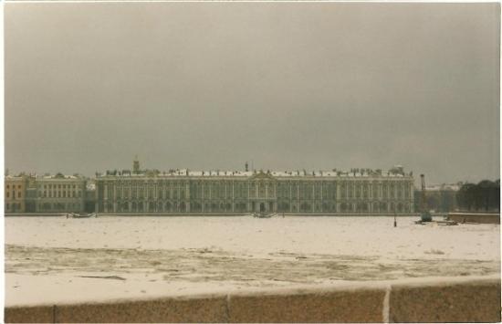 เซนต์ปีเตอร์สเบิร์ก, รัสเซีย: s.pietroburgo - russia - 1997 : hermitage con il fiume neva ghiacciato
