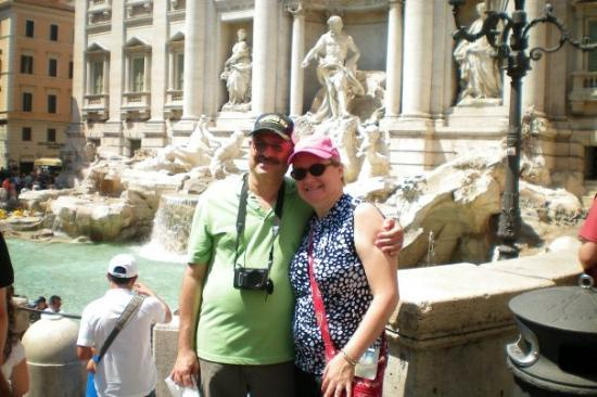 น้ำพุเทรวี่: Me and Gene in front of the Trevi Fountain