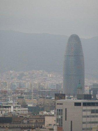 """ปาร์คเดอร์มุงต์จุยค์: widok ze wzgorza Montjuïc na """"Torre Agbar"""" {Jean Nouvel }"""