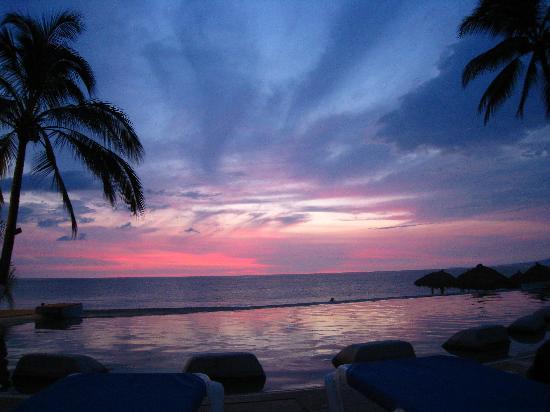 Hyatt Ziva Puerto Vallarta: Sunset over the infinity pool