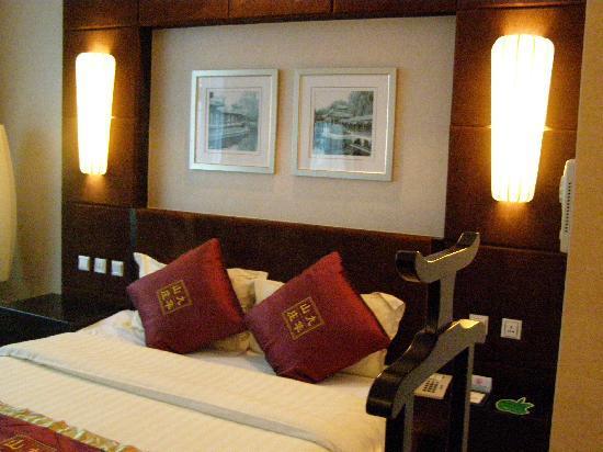 Jiuhua Resort & Convention Center: Room - bed area