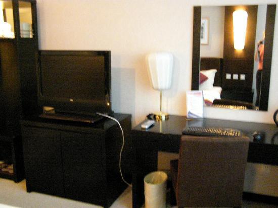 Jiuhua Resort & Convention Center: Room - desk/office/tv