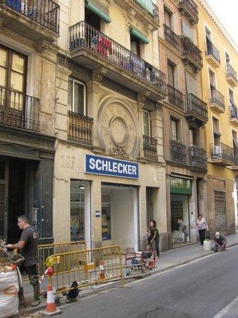โกธิคควอเตอร์: Funny - Muebles on top, Schlecker sign under.