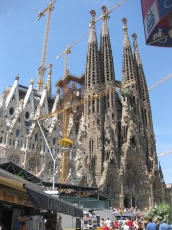 โบสถ์แห่งครอบครัวศักดิ์สิทธิ์: Temple de la Sagrada Familia, by Gaudi.