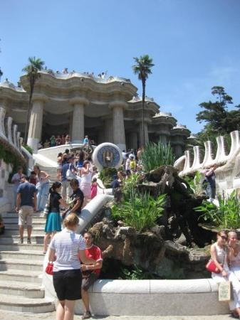 กูเอลปาร์ค: Steps to the hall, flanked by a dragon