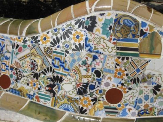 กูเอลปาร์ค: Detail of the wall of the market of Parc Güell, used for sitting too.